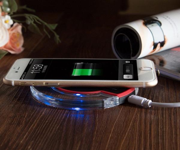 Расположение телефона на беспроводной зарядке QI Fantasy